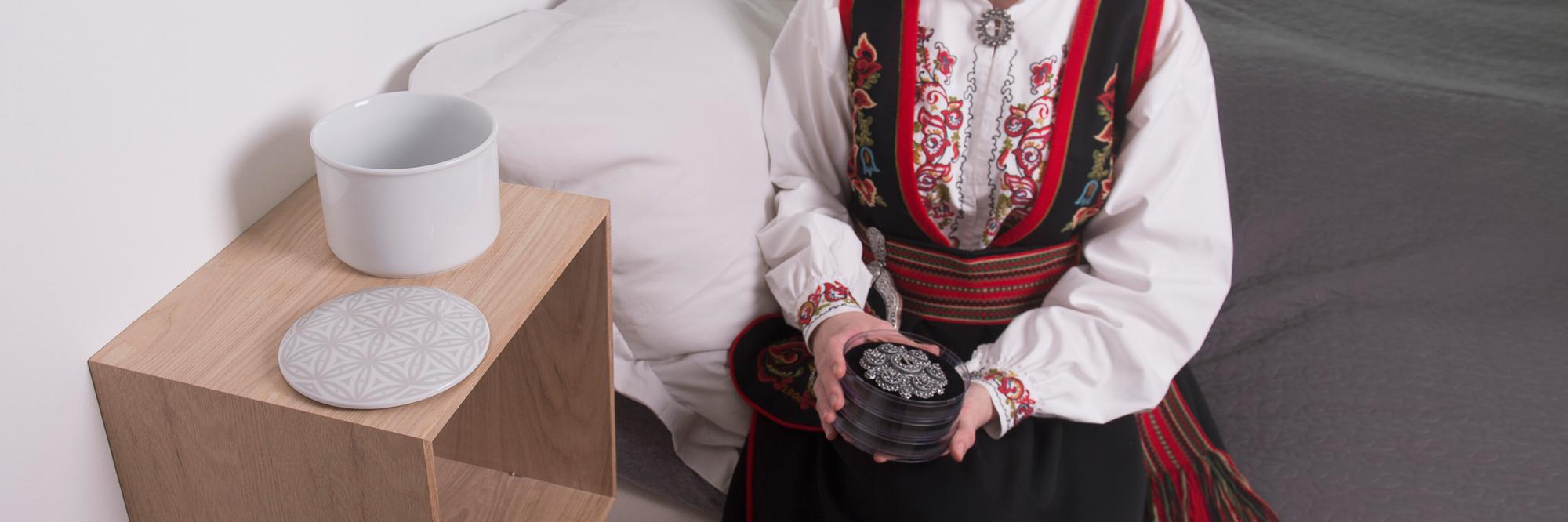 Telerosa smykkeskrin i porselen med indre lufttett skrin